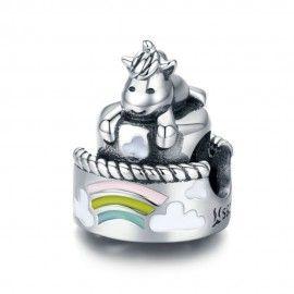 Charm en plata de Ley Unicornio en un pastel de cumpleaños